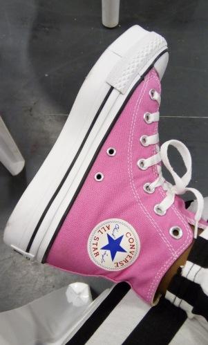 ピンク色のコンバス - Laura Spoonie
